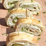 Lunch idee: omeletwrap met kipfilet, heksenkaas, komkommer en verse bieslook