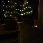 Kerstdecoratie in huis: kleine kerstboompjes in jute zakken