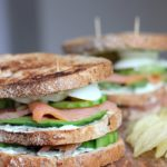 Easy peasy club sandwich met gerookte zalm & avocado!